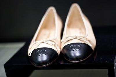 Sapatilha Bicolor Chanel - um clássico - e seus preços ao redor do mundo!