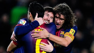 messi celebrando el gol con Xavi y Puyol