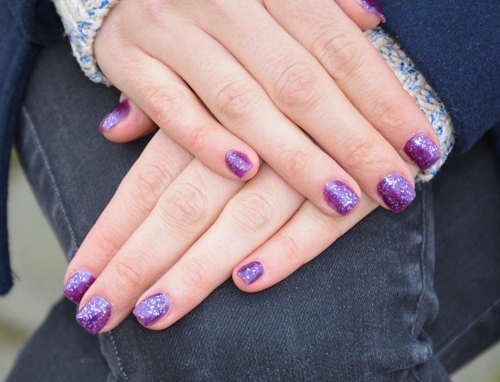 fioletowe brokatowe paznokcie