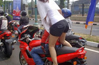Foto cewek cabe-cabean Nungging suka Hati di atas Motor (ciri cabe-cabean)