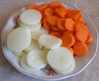 ceapa si morcovi proaspeti taiati rondele pentru castraveti murati in otet la borcan pentru iarna, retete culinare, cum punem muraturi,