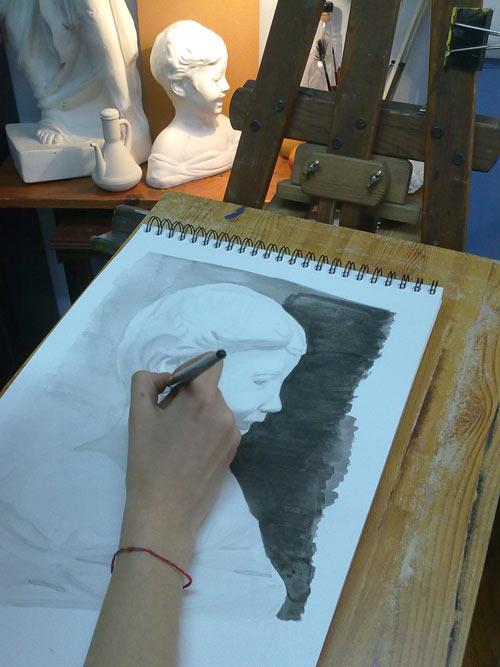 proceso de trabajo de copiar una estatua con tinta
