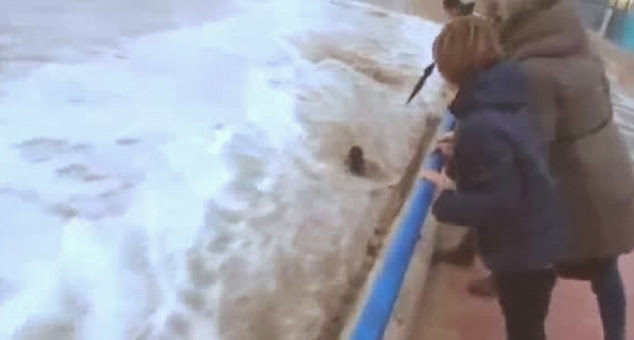 mujer arrollada por una ola en la playa del sardinero santander