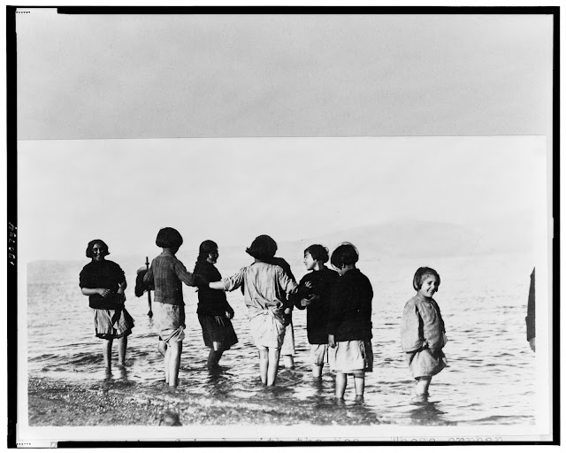 http://2.bp.blogspot.com/-sJyTHn1TqTM/VhTmv8CNK1I/AAAAAAAAOO4/ADNpJiP-ZYw/s1600/20100613055900greek_and_armenian_refugee_children_in_the_sea_near_marathon_greece_c-_1915.jpg