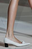 Бели обувки на нисък ток Marc Jacobs