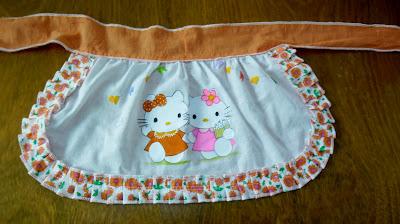 pintura de hello kitty em avental para festa junina