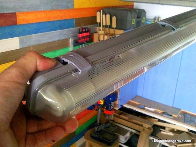 Cómo instalar tubo led en lámpara de fluorescente. www.enredandonogaraxe.com