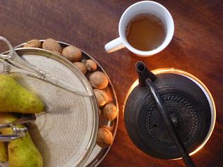 """Draufsicht: Teekanne mit Stövchen, """"Etagère"""" mit Birnen und Walnüssen"""