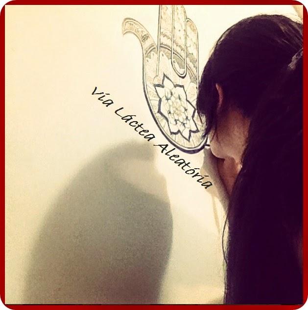 Passo a passo de desenho de hamsa na parede do quarto.