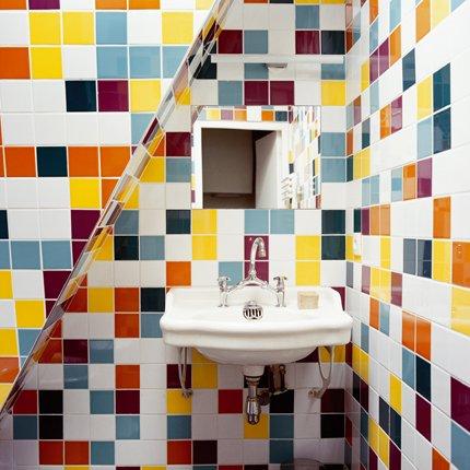 Cuarto de ba o con paredes cubiertas de azulejos de for Paredes con azulejo