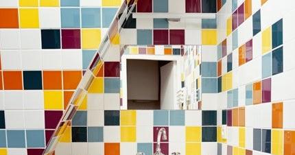 Cuarto de ba o con paredes cubiertas de azulejos de - Azulejos de colores para banos ...