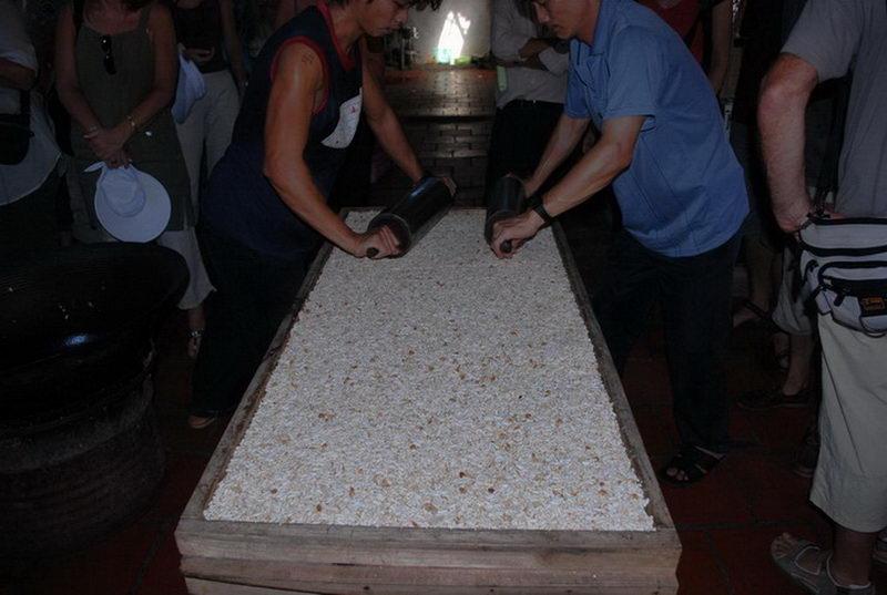 Tham quan nghề đúc bánh cốm thủ công