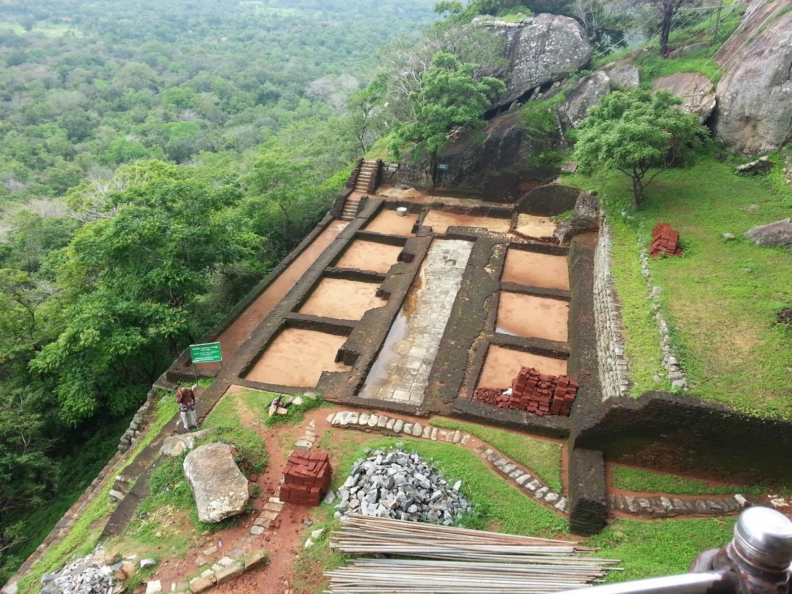 гранитный камень весом тысячи тонн стоит на тонких подпорках, доказательства высоких технологий древних цивилизаций