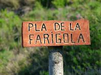 Rètol de fusta indicador del Pla de la Farigola