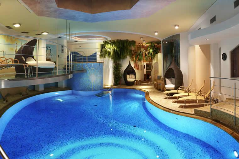 Piscinas dentro de casa colores en casa for Disenos de piscinas para casas