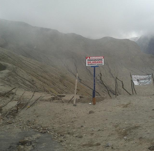 jalan ke kawah gunung kelud masih ditutup