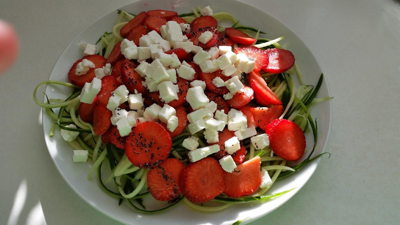 Sundt Og Lækkert Salat Med Agurk Jordbær Og Blå Birkes