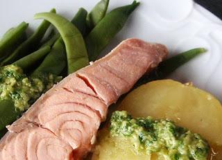 Mojo verde con salmón escalfado y judías verdes