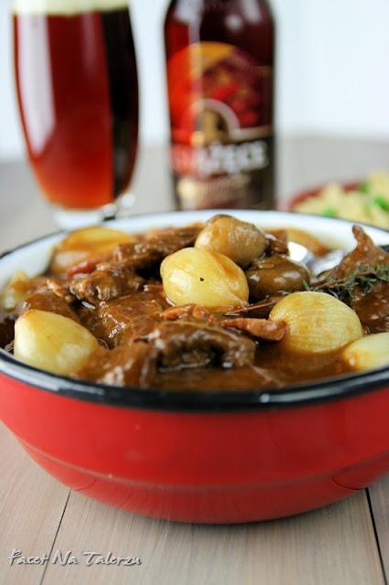 Gulasz wołowy w sosie piwnym z piwnymi szpeclami