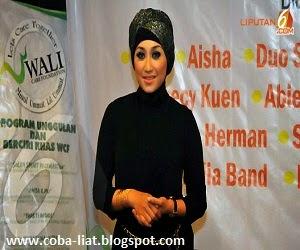 Sefti Sanustika melepas hijab