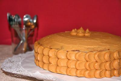 Pastís de nata i caramel amb decoració de buttercream