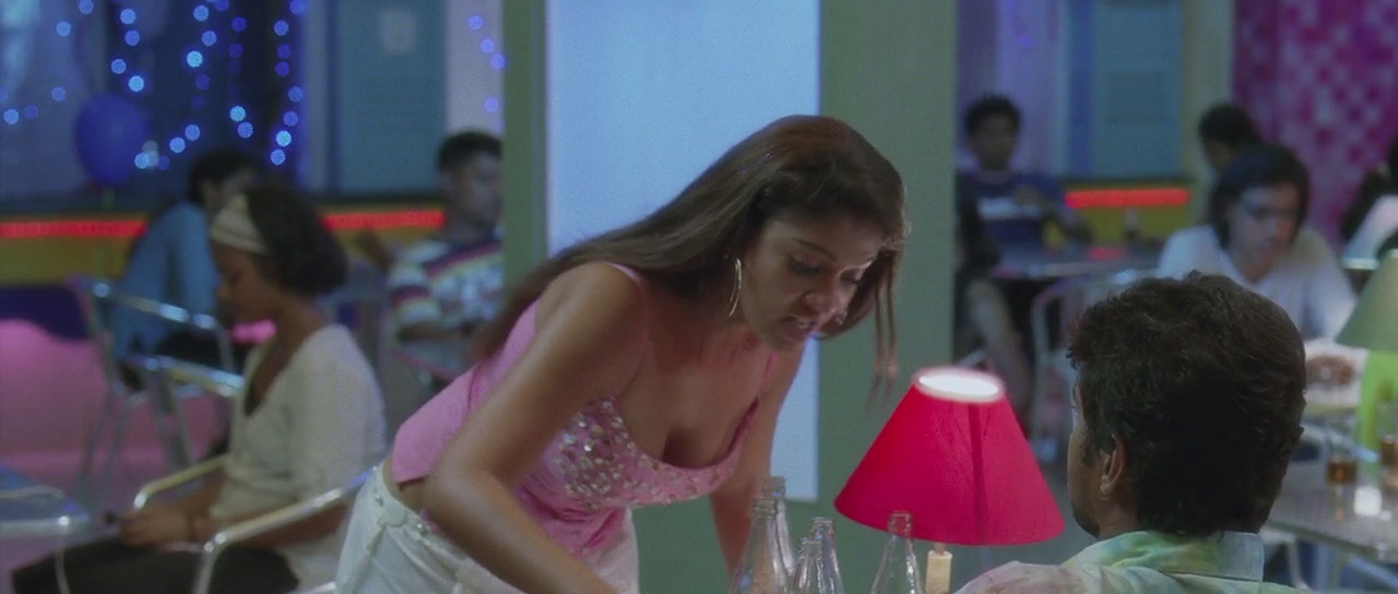Villu92 Nayanthara Latest Hot Navel & Cleavage Show Photos
