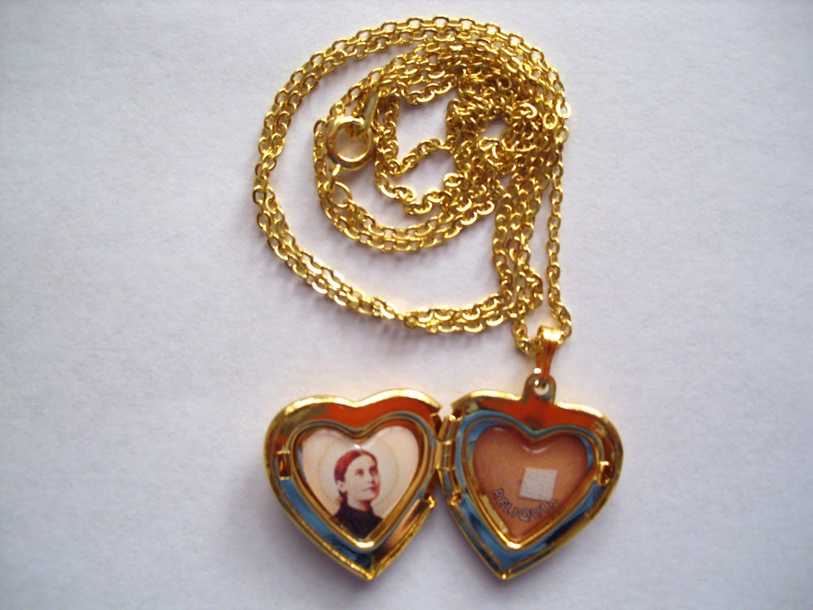 http://2.bp.blogspot.com/-sO86fUmrn8o/TYOoZtTmlzI/AAAAAAAAC34/GAp9UKTO78c/s1600/St-Gemma-Necklace-1.jpg