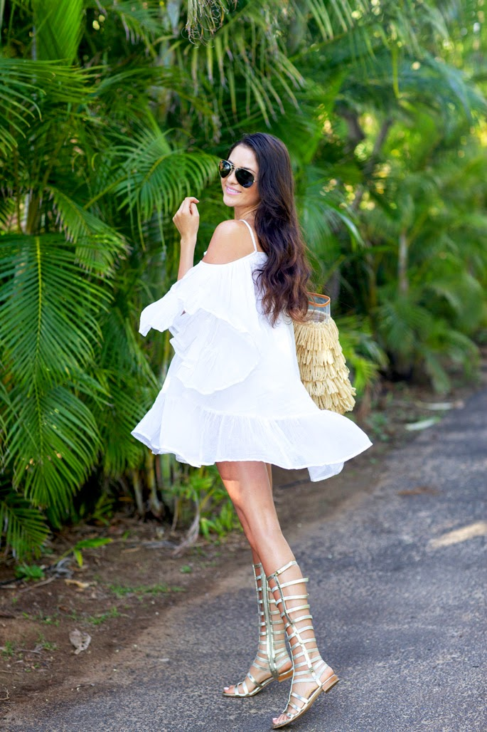 vestidos curtos, vestido branco com babados, vestido com ombros de fora, bolsa franja, sandália gladiadora, roupas da moda-roupas feminina, moda, dress