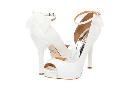 sapatos badgley mischka branco com laço em tule
