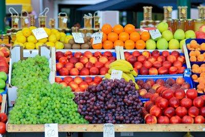 Puesto de frutas en el mercado del pueblo - Uvas, Duraznos, Naranjas, Plátanos, Limones, Kiwis y Manzanas.