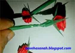 langkah cara membuat bunga mawar dari kertas 10
