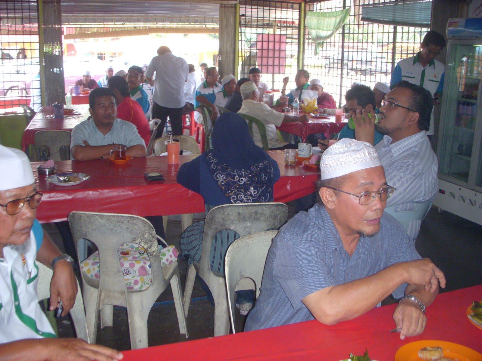 Sebelah kiri Wak Ketua Kampong Sg Tengi dan kanan Hj Shukur Pengarah Penhyelaras DUN Ulu Bernam