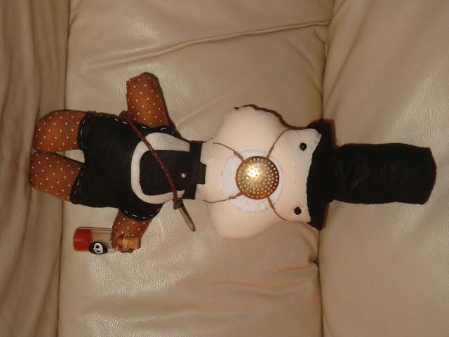 textile metal doll plague exterminator, boneco-do-futuro, boneco-do-passado, boneco-de-ficção, boneco-de-pano, quarto-de-menino, boneco-para-meninos
