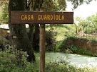 Rètol indicador al costat de la bassa de la casa Guardiola