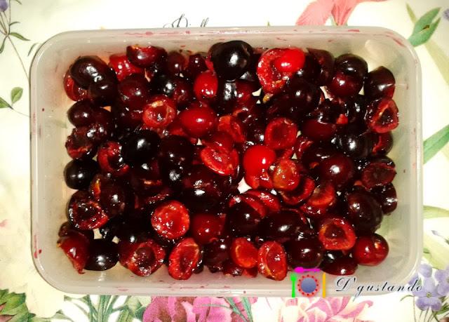 Preparamos la fruta, deshuesándola y pesándola