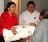 Diputada Silvia Aviles dona cobertores en Dzitbalché.8dic11.