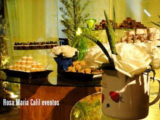 decoração verde, bules com arranjos florais, mesa doce, casamento