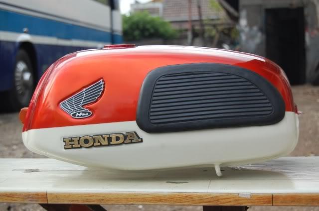 Warna Merah Cat Tangki Motor CB 100 klasik title=