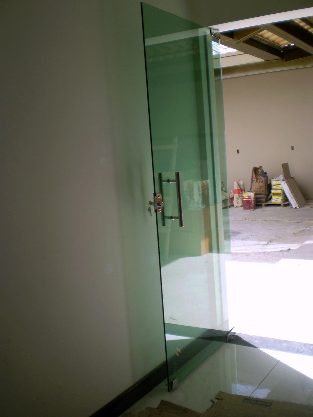 pé da cozinha é todo em granito preto e as soleiras tbm as ortas da  #7B6C50 1200x1600 Banheiro Com Janela Em Cima Da Pia