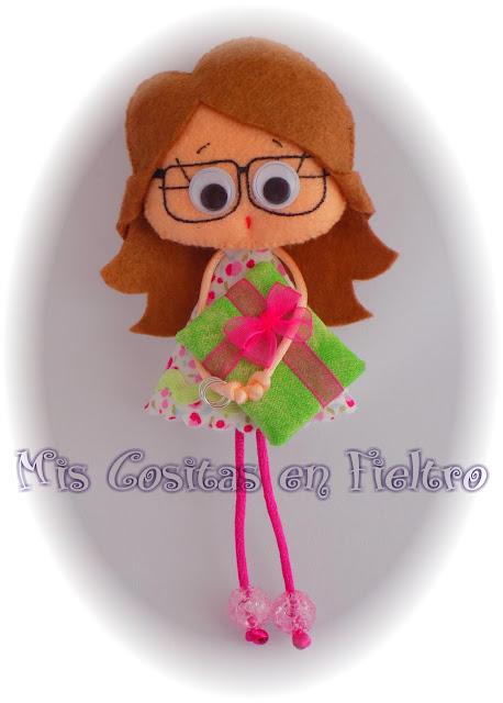 broche de fieltro, muñeca de fieltro, felt pin, felt art, Pequechiña, pequechiñas, niña fieltro, regalo, detalle, muñeca de tela