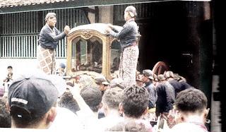 Tradisi Jamasan: Warga Berebut Banyu Klemuk di Keraton