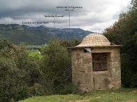 El pou d'El Mas de L'Espunyola amb la Serra de Queralt al fons