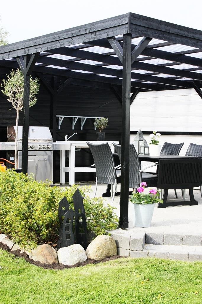 ... lille hjem: den overdækkede terrasse næsten klar til sommeren