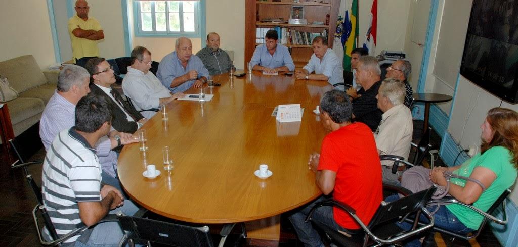 Representantes da Prefeitura, da CRT e dos produtores rurais na reunião que apontou alternativa para manutenção do Mercado Produtor de Água Quente