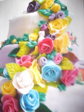bolo com enfeites de rosas