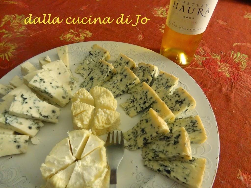 formaggi bleu e saporiti e vino di cerons