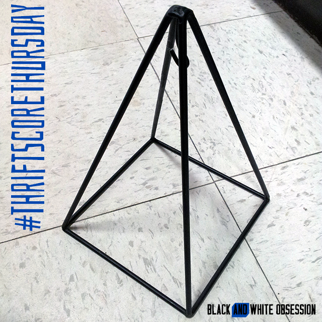#thriftscorethursday Week 15 Geometric Wire Holder| www.blackandwhiteobsession.com