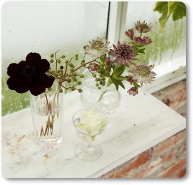bröllop växthus, wedding green house, udda små glas med blommor bröllop