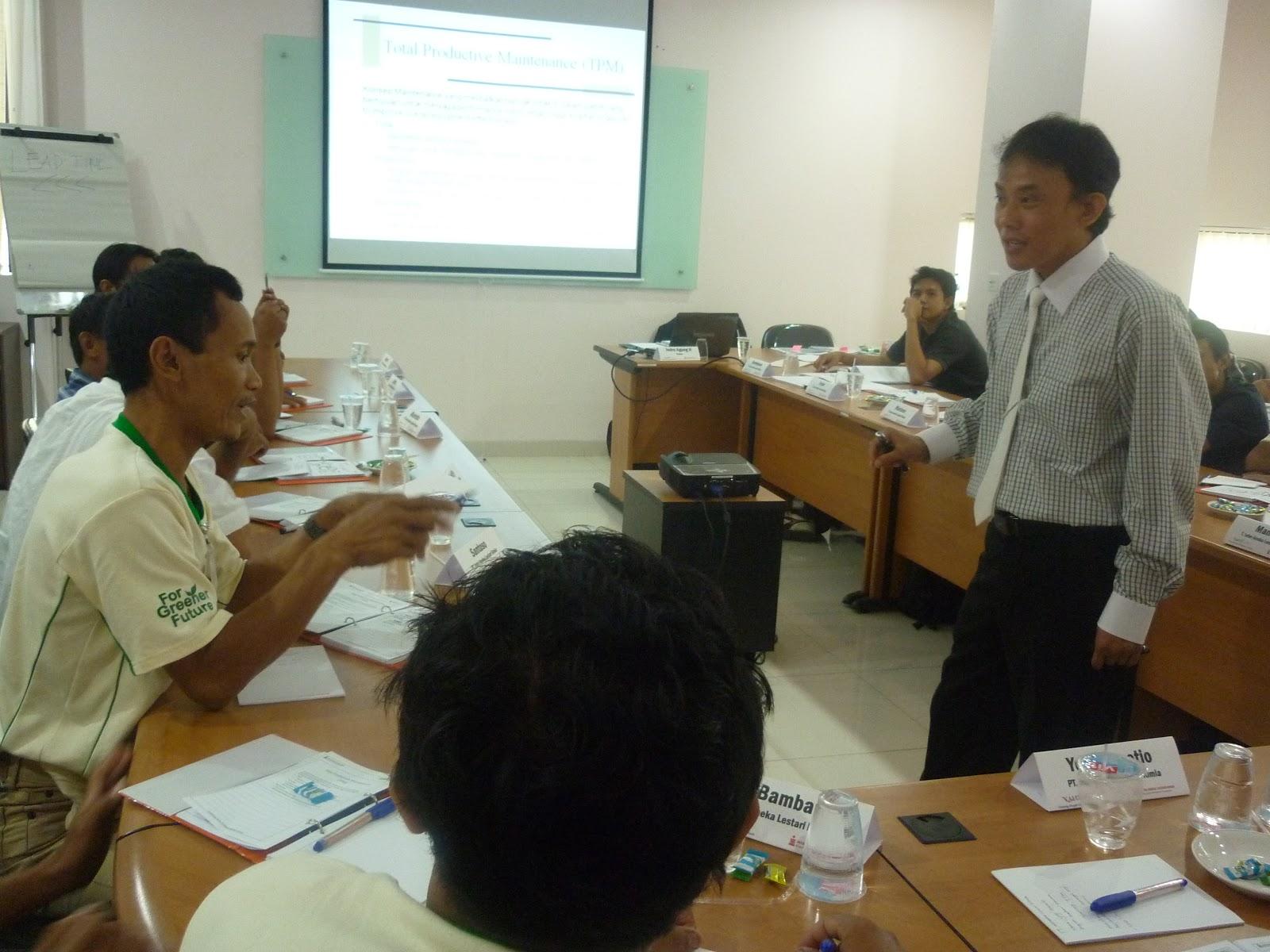 Dialog interaktif antara traineer dengan trainee; trainee sedang