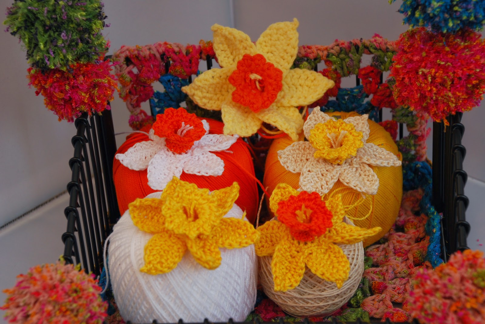 Crochet Daffodil pattern and tutorial: image of Amjaylou's crochet daffodils